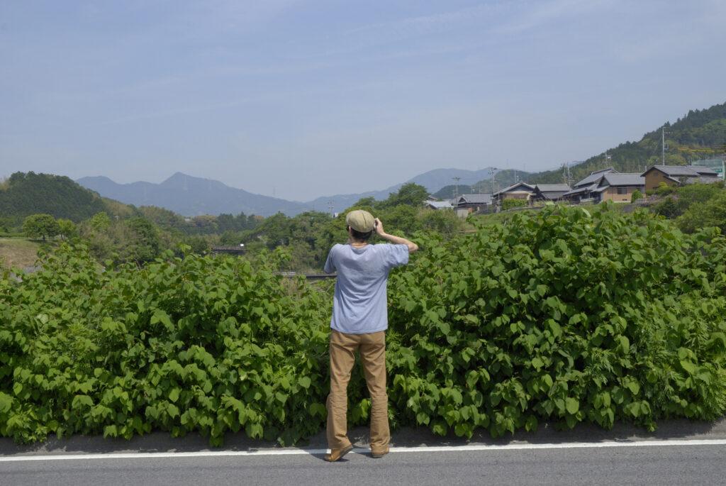 2007年はじめて三重県津市美里町を訪れた尾仲浩二さんの後ろ姿